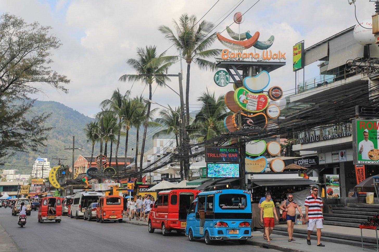 De hoofdstraat van Patong Beach